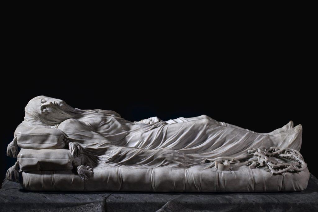 """Il Sanmartino fu l'ultimo grande artista che lavorò per il Principe, il suo """"Cristo Velato"""" è forse la sua opera più famosa, qui il Salvatore adagiato su un letto, dopo la sua morte viene coperto da un velo di marmo che ne sigilla l'espressione."""