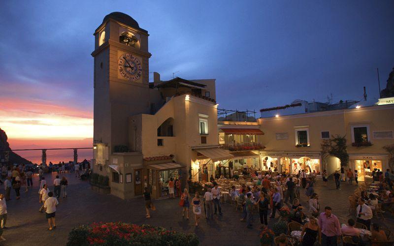 Non si può arrivare a Napoli e non visitare Capri. Ci attendono la Grotta Azzurra, i Faraglioni, i centri urbani di Capri ed Anacapri, ma sopratutto il cosmopolitismo di questa piccola isola, l'atmosfera di libertà che si respira passeggiando tra le sue pittoresche viuzze o facendo una sosta nella famosissima Piazzetta, immersi nel viavai della folla che si sposta in continuazione tra negozietti, boutique, ristoranti e bar…